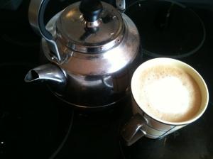 Kaffekjele og ferdig kaffe. Den ble dessverre drukket opp i løpet av blogginnlegget. Nå har jeg ikke kaffe til dataanalysen. Søren heller.