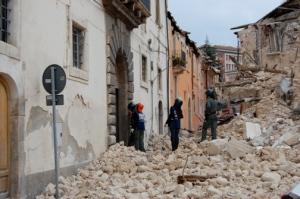 L'Aquila etter jordskjelvet. Bilde fra Wikimedia Commons.