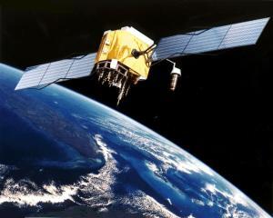 Dette er en GPS-satelitt, som bor omtrent 20 000 km over jorda. Bilde: Wikimedia Commons