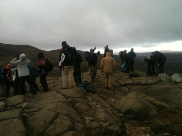 Kalde studenter står på sprukne mantelbergarter.