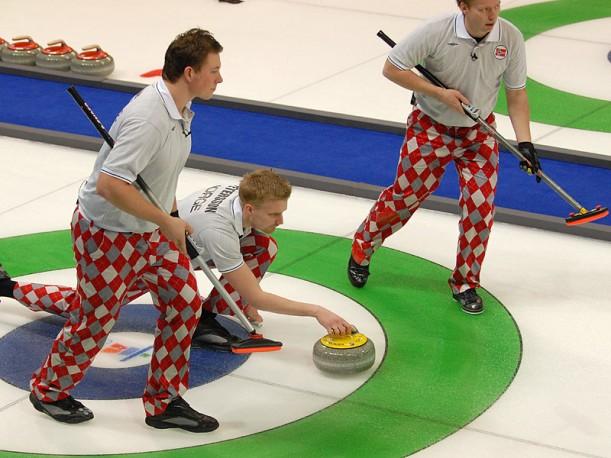 Her er det norske curlinglaget i aksjon under OL i Vancouver. Foto: Bjarte Hetland/Wikimedia Commons