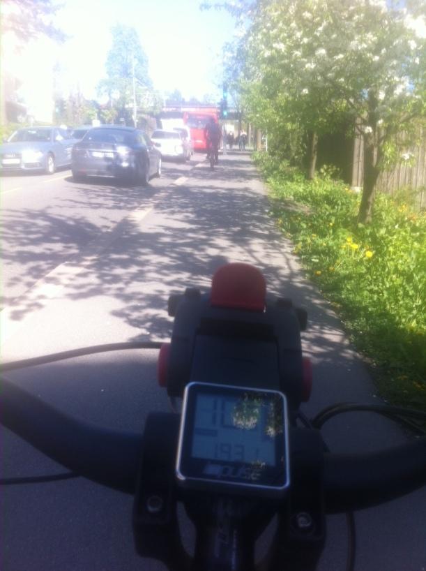 I friskt driv forbi trafikken opp bakkene fra Carl Berner. Med en hånd på styret for å ta bilde mens jeg sykler. Derfor er hastigheten 10 km/t istedenfor over 20. Da jeg var vel hjemme hadde jeg rundet 200 km.