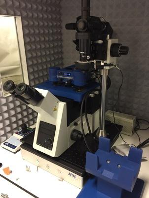 AFM-en klar på mikroskopet inne i boksen sin.